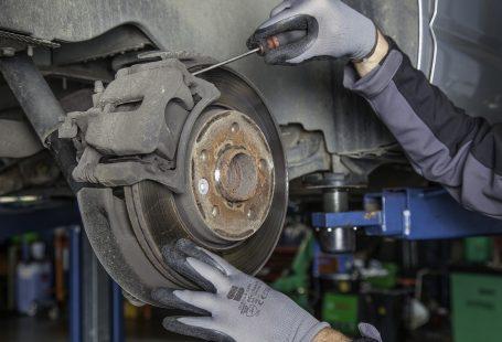 Bricolage. Les réparations des voitures.